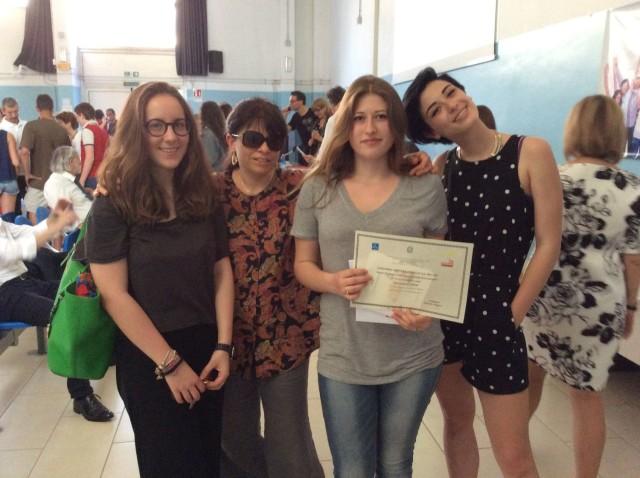 Alice Boscariol con la prof.ssa M.C. Maida  e due compagne