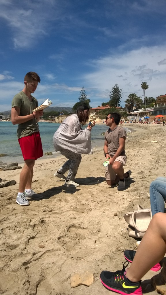Studenti recitano sulla spiaggia passi di Euripide
